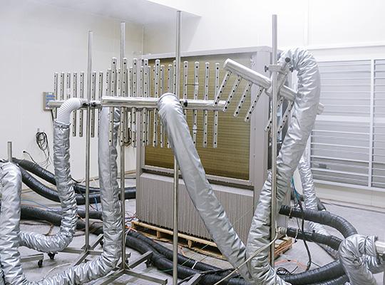 """芬尼克兹在商用领域的产品涉及房间新万博手机客户端制冷、中央生活热水、泳池恒温除湿等,其中超低温热泵北极星系列获得国家级成果鉴定,成为北方地区取代传统新万博手机客户端锅炉的""""克霾""""利器;"""